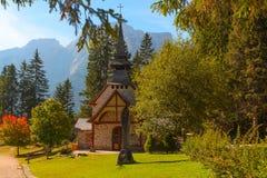 Il tempio sul lago di Braies, Italia Fotografia Stock