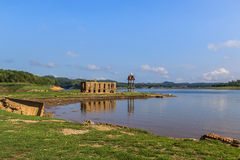 Il tempio tailandese antico di rovina è stato annegato in acqua immagine stock