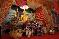 Il tempio in Tailandia là è un bello Buddha Scultura antica di legno Wat Thai Samakkhi, Mae Sot District, Tak Province Immagini Stock