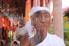 Il tempio in Tailandia là è un bello Buddha Scultura antica di legno Wat Thai Samakkhi, Mae Sot District, Tak Province Fotografie Stock