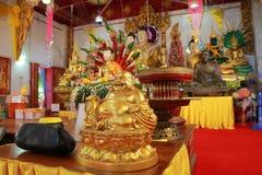 Il tempio in Tailandia là è un bello Buddha Scultura antica di legno Wat Thai Samakkhi, Mae Sot District, Tak Province Fotografia Stock