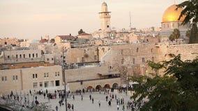Il Temple Mount - parete occidentale ed il Golden Dome della moschea della roccia nella vecchia città di Gerusalemme, rivestiment archivi video