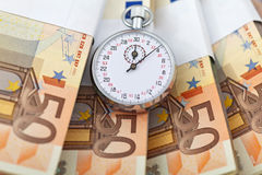 Il tempo è denaro concetto con gli euro Fotografia Stock