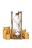 Il tempo è denaro concetto con la clessidra Fotografie Stock