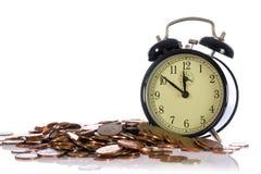 Il tempo è denaro, concetto con le monete britanniche Fotografia Stock