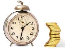 Il tempo è denaro - orologio dell'annata e monete dorate Fotografia Stock Libera da Diritti