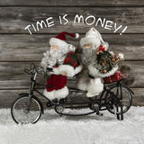 Il tempo è gruppo soldi del Babbo Natale nella fretta per natale d'acquisto Fotografie Stock