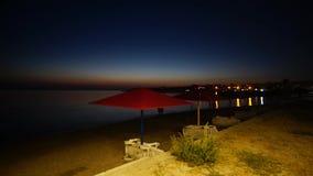 Il tempo avvolge la baia russa della spuma alla sera dell'estate di Kazantip Crimea video d archivio