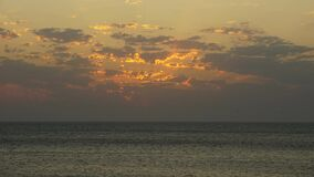 Il tempo avvolge la baia russa della spuma alla sera dell'estate di Kazantip Crimea archivi video