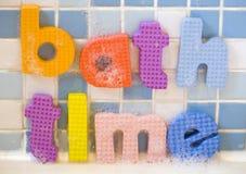 Il tempo del bagno segna l'estratto con lettere Fotografie Stock
