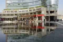 Il tempo del pranzo ha riflesso al hub di affari, MILANO Fotografia Stock Libera da Diritti