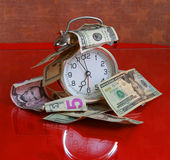 Il tempo è denaro concetto - orologio e dollari Immagine Stock Libera da Diritti
