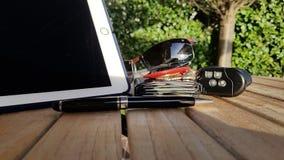 il tempo di affari chiude a chiave la borsa del portafoglio delle carte di credito del telefono del computer di vetro Immagini Stock