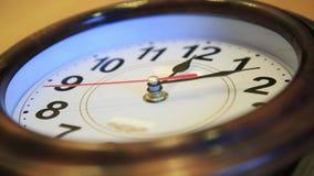 Il tempo di lasso di tempo vola Il tempo funziona velocemente sull'orologio di parete mosche veloci di simbolizzazione del video  video d archivio