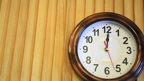 Il tempo di lasso di tempo vola Il tempo funziona velocemente sull'orologio di parete mosche veloci di simbolizzazione del video  stock footage