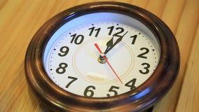 Il tempo di lasso di tempo vola Il tempo funziona velocemente sull'orologio di parete mosche veloci di simbolizzazione del video  archivi video