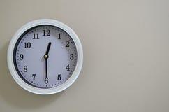 Il tempo di orologio della parete della stanza ha luogo al 12:30 Immagine Stock