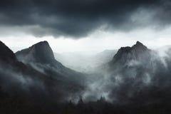 Il tempo drammatico su Sanadoire e su Tuilière oscilla nella provincia di Alvernia - Francia immagini stock libere da diritti