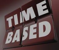Il tempo ha basato mattonelle dell'orologio di parole le retro che lanciano i risultati della misura Fotografie Stock Libere da Diritti