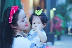 Il tempo libero della famiglia, bambino si diverte con la madre Fotografia Stock Libera da Diritti