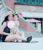 Il tempo libero della famiglia, bambino si diverte con la madre Fotografie Stock Libere da Diritti