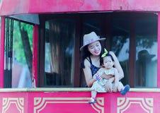 Il tempo libero della famiglia, bambino si diverte con la madre Immagini Stock Libere da Diritti