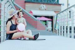 Il tempo libero della famiglia, bambino si diverte con la madre Immagine Stock Libera da Diritti