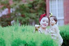 Il tempo libero della famiglia, bambino si diverte con la madre Fotografia Stock