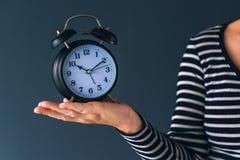 Il tempo sta passando, mano femminile con la sveglia d'annata Fotografia Stock Libera da Diritti
