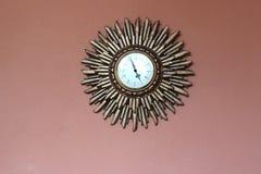 Il tempo va da….un retro orologio  Fotografie Stock Libere da Diritti