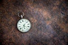 Il tempo va vicino: orologio d'annata su una terra del metallo fotografia stock libera da diritti