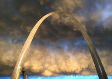 Il temporale avvolge la st dell'arco dell'ingresso louis Fotografia Stock Libera da Diritti