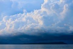 Il temporale con pioggia si è illuminato dal sole Immagini Stock