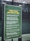 Il tennis governa i campi da tennis Bedford, New York della città del pubblico del segno di regolamento immagine stock libera da diritti