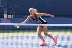 Il tennis professionista Anna Schmiedlova della Slovacchia pratica per l'US Open 2015 fotografie stock