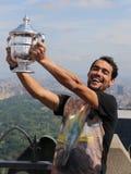 Il tennis professionista Fabio Fognini che posa con il trofeo di US Open ha vinto da Flavia Pennetta sulla cima della roccia Fotografie Stock Libere da Diritti