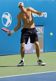 Il tennis professionista John Isner degli Stati Uniti pratica per l'US Open 2015 Immagine Stock Libera da Diritti