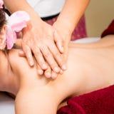 Il terapista della stazione termale di massaggio sta massaggiando la spinta una spalla delle donne Immagine Stock Libera da Diritti