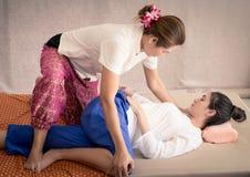 Il terapista di massaggio sta dando un allungamento speciale di massaggio Fotografia Stock Libera da Diritti