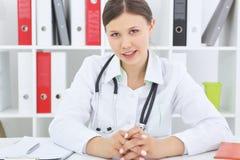 Il terapista femminile asiatico attraente parla con paziente immagine stock libera da diritti
