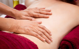 Il terapista sta sfregando le donne con la stazione termale di massaggio dell'olio Fotografia Stock Libera da Diritti