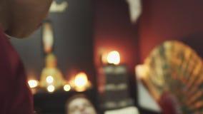Il terapista tailandese di massaggio massaggia al tipo stock footage