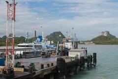 Il terminale di traghetto, traghetto scruta la terra da Koh Samui a Surat Thani Immagine Stock Libera da Diritti