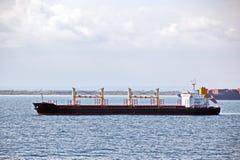 Il terminale di trasbordo per lo scarico del carico del cemento dalla riva cranes Una vista degli ancoraggi con le navi da carico fotografia stock