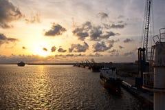 Il terminale di trasbordo per lo scarico del carico del cemento dalla riva cranes Una vista degli ancoraggi con le navi da carico fotografia stock libera da diritti