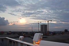 Il terminale di trasbordo per lo scarico del carico del cemento dalla riva cranes Una vista degli ancoraggi con le navi da carico immagine stock libera da diritti