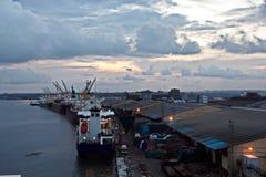 Il terminale di trasbordo per lo scarico del carico del cemento dalla riva cranes Una vista degli ancoraggi con le navi da carico immagini stock