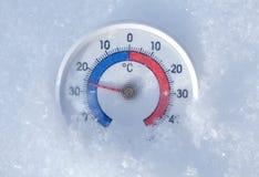 Il termometro all'aperto in neve mostra meno gelido 26 gradi centigradi Fotografie Stock