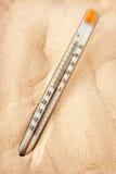 Il termometro mostra il riscaldamento della sabbia Fotografia Stock Libera da Diritti