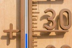 Il termometro raggiunge le temperature dell'estate fotografie stock
